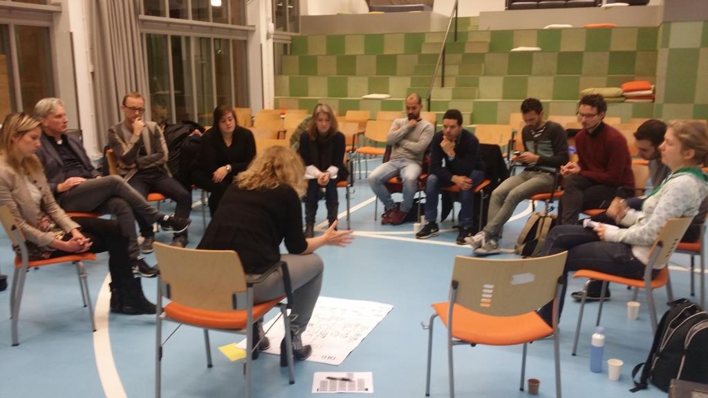 Karin Selbach legt uit hoe de gemeente in elkaar steekt