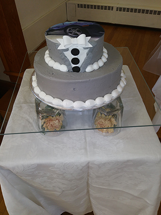 Round wedding cake on Flat Glass Sqaure
