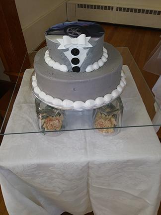 Round wedding cake on Flat Glass Sqaure