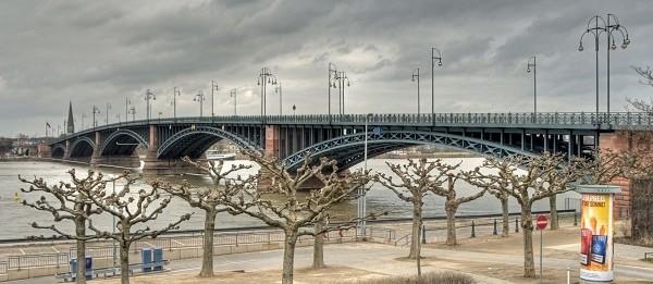 The deck arches of the Theodor Heuss Bridge between Mainz and Wiesbaden