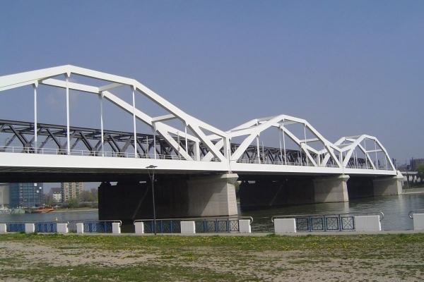 Polygonal arches carry railroads in Mannheim