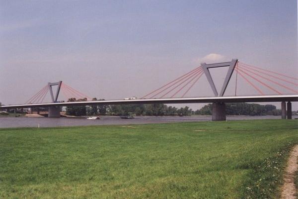 Flattened pylons for Düsseldorfs newest cable-stayed bridge