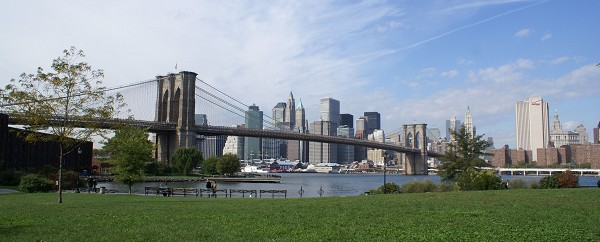 Die Brooklyn Bridge vor der Skyline Manhattans