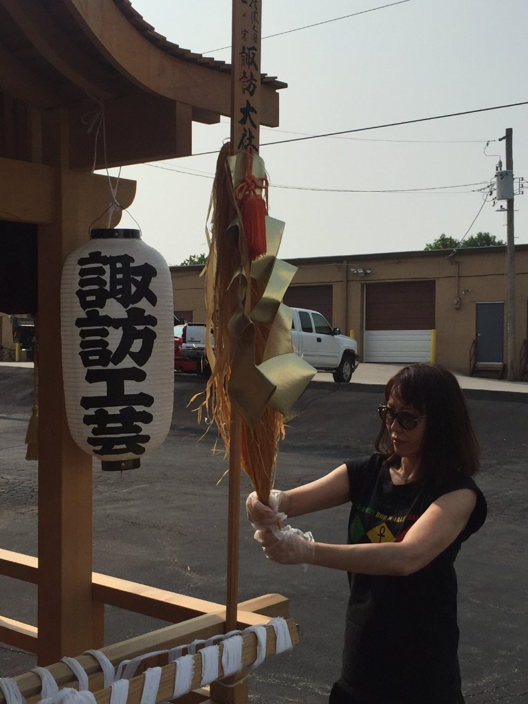 Hitomi cleaning the Dashi
