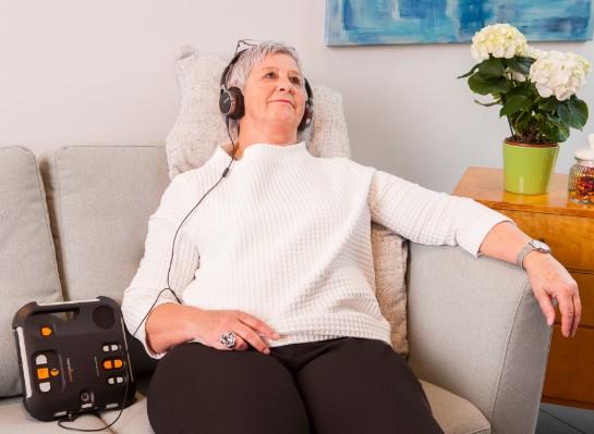 Vrouw luistert naar krant met Victor Reader Stratus