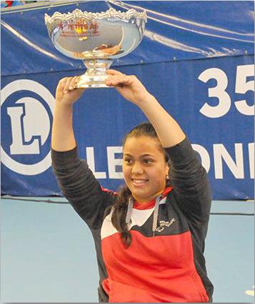 Nalani Buob stemmt den Pokal in die Höhe