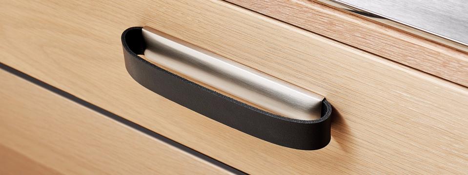kovovo kožená úchytka ROLLO aplikovaná na šuplík.