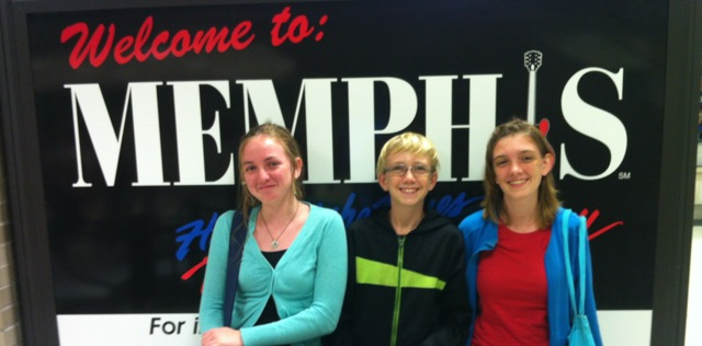 3 kids reunited at Memphis Airport.