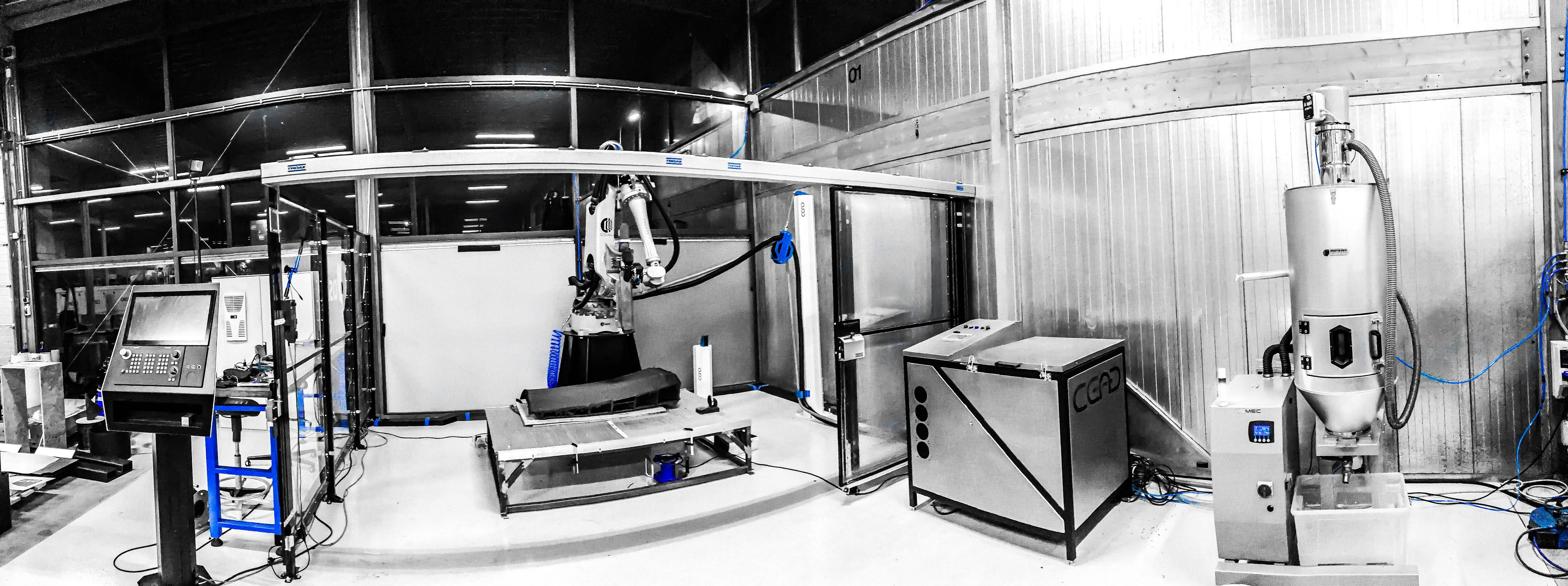 Dank Gantry-Bauweise und einem üppig dimensionierten Roboterarm kann der AM Flexbot faserverstärkte Grossbauteile bis zu einem Format von 4 × 2 × 1,5 m drucken. (Bild: Siemens)