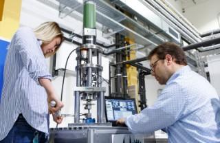 Wissenschaftler des Fraunhofer LBF bei Versuchen zur Charakterisierung des bauteilgebundenen Werkstoffverhaltens additiv gefertigter Strukturen.