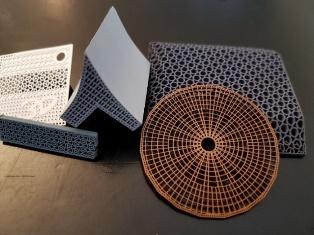 Komplexe Strukturen, ultrafeine Stegbreiten und anspruchsvolle Aspektverhältnisse sollen mit der Exentis 3D Mass Customization realisierbar sein. (Bilder: Exentis)