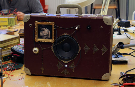 En Soundbox i en resväska. Foto