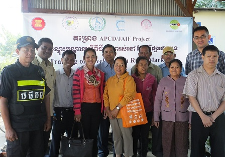 Group photo with Steering Committee members in Sdao Kanleng Market
