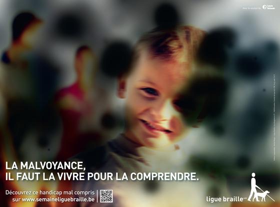 Un enfant souriant. L'image est floutée et parsemée de taches noires pour représenter la rétinopathie diabétique.