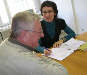 Een persoon met een visuele handicap ontmoet een medewerker van de Sociale dienst.