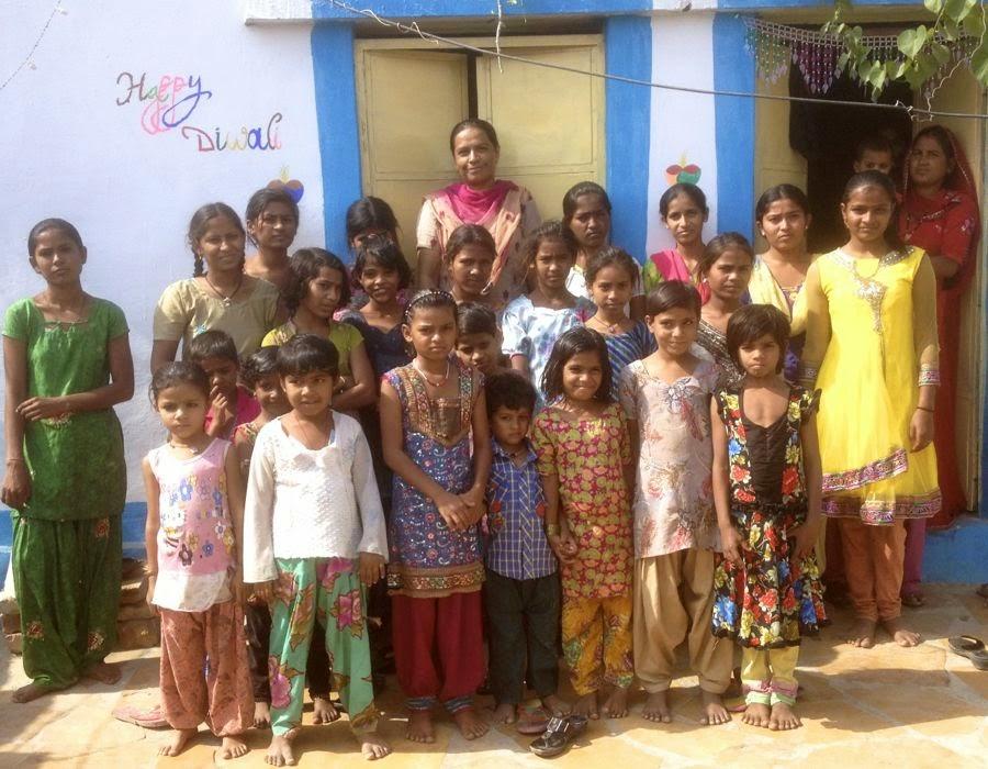 Evelina menskoppar hjälper indiska flickor