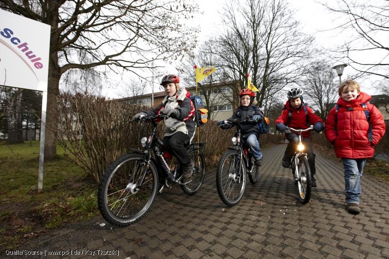 Bild: radelnde Kinder [www.pd-f.de / Kay Tkatzik]