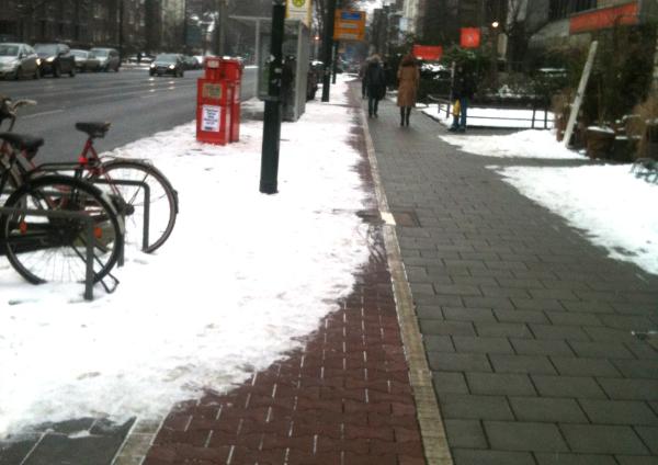 Bild: nicht geräumter Radweg auf der Grafenberger Allee nach 12 Tagen Schnee