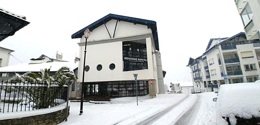 La façade principale de la médiathèque d'Hendaye