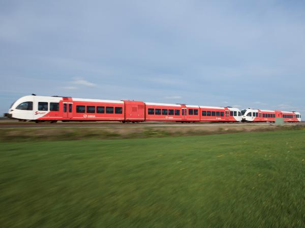 Een Arriva-trein in het landschap