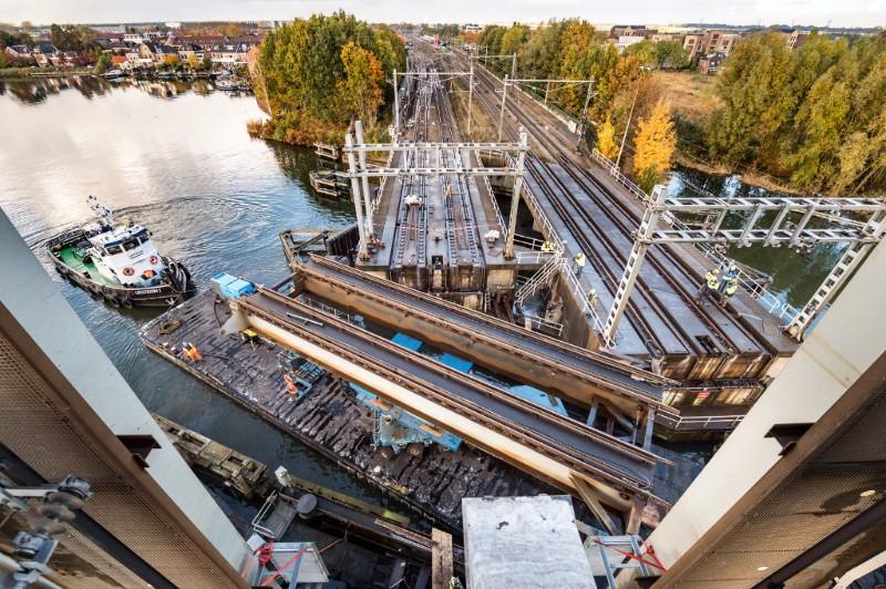 Gelukt! Nieuwe Vechtspoorbruggen bij Weesp