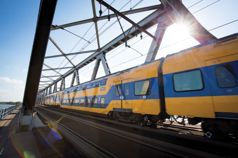 16 april:Treinen rijden weer over Moerdijkbrug