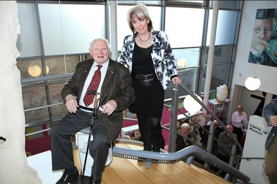 Marlies Vonk en Piet van Boxtel bij de nieuwe traplift.
