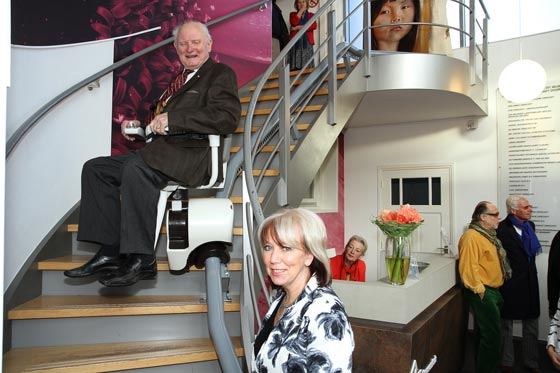 Piet van Boxtel en Marlies Vonk-traplift Museum Kruysenhuis