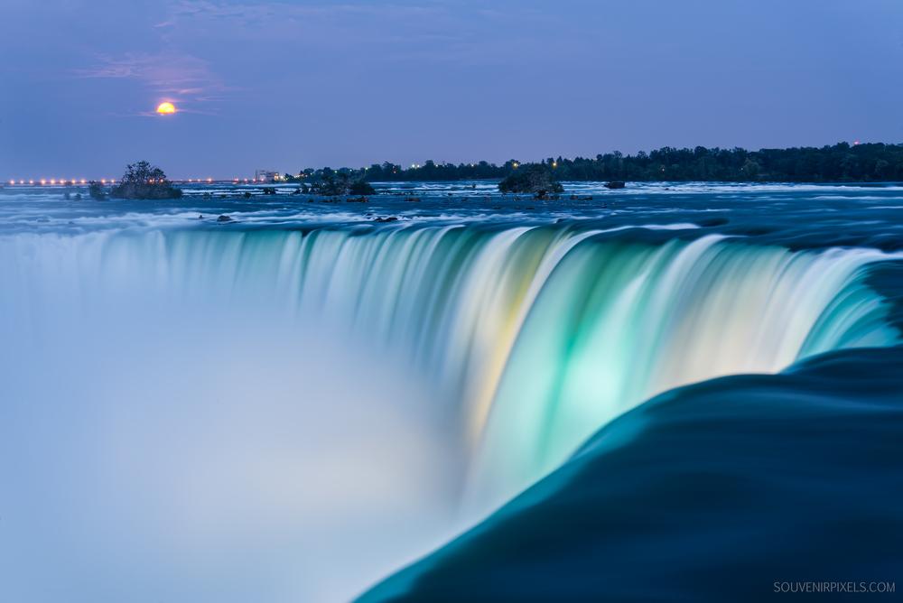 Presentation (Image: The brink of the Horseshoe Falls at night)