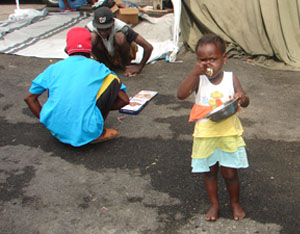Children eat and play at the workers' encampment. Photo credit: Hugo Cedeño