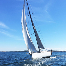 J/111 blur.se sailing with Code zero