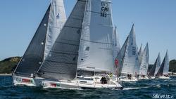 J/105s sailing off start