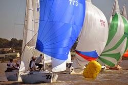 J/22 sailboats- sailing around gybe mark