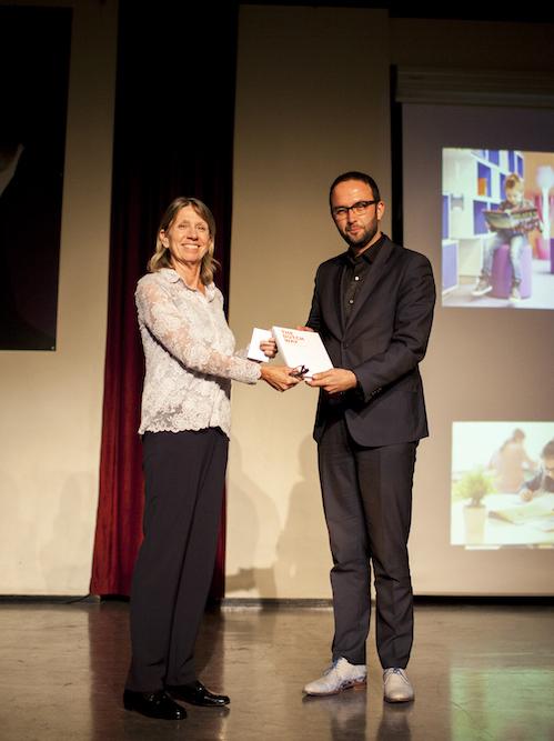 Anko van Hoepen (vicevoorzitter van de PO-raad) ontvangt het eerste exemplaar uit handen van professor Alma Harris.