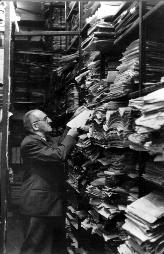 Mann im Archiv