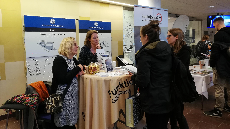Anki Andersson och Pia Johnsson från Individstöd samtalar med två kvinnor.