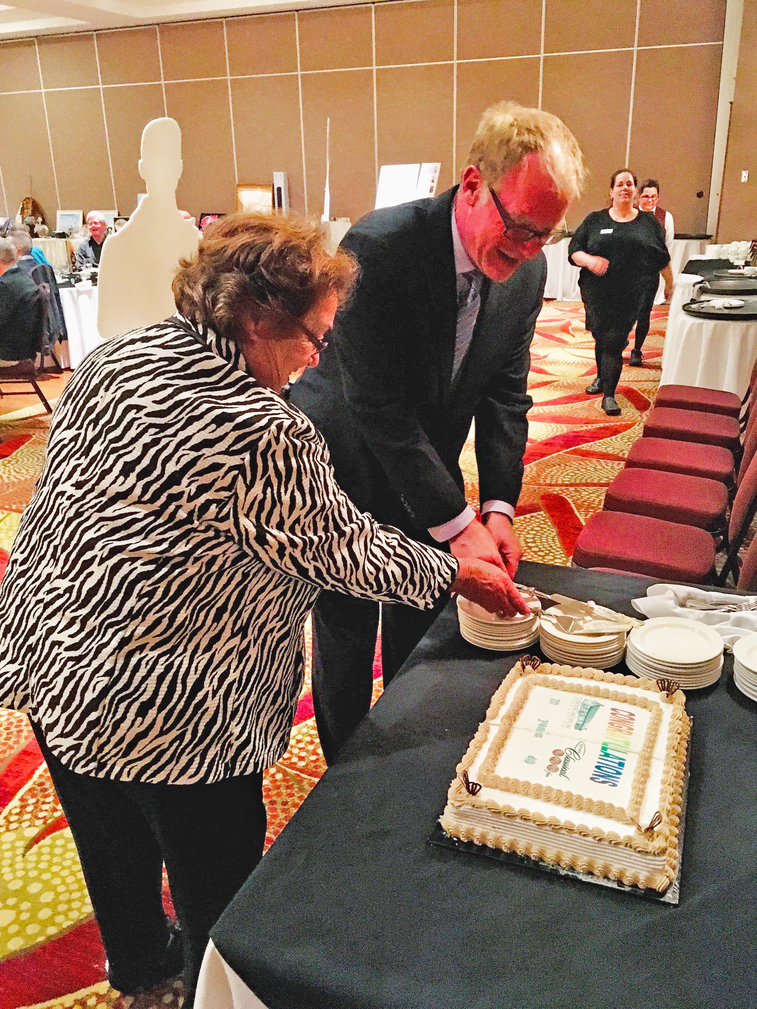 Mike Duncan & Joan Chalovich cut Birthday Cake