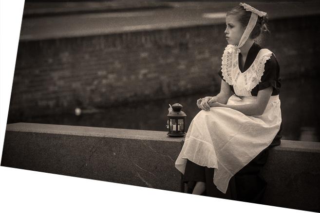 Oude foto meisje in klederdracht