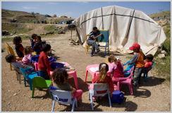 Palestijnse kinderen in de Jordaanvallei krijgen les in een geïmproviseerd klaslokaal