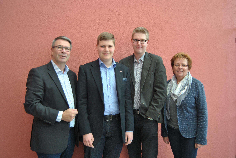 Die beiden Landtagsabgeordneten Christian Dahm und Angela Lück nehmen die Jugendabgeordneten in ihre Mitte: Sven Fleer (Mitte links) und Maik Sasse (Mitte rechts).