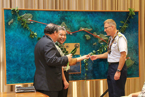 Gov. Ige and Capt. Jenkins untie maile lei