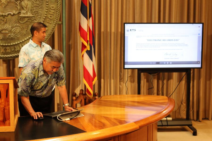 Gov. Ige eSigns proclamation