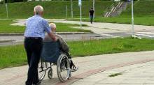 Cuidador i cadira rodes