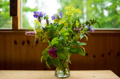 Blombukett på altare
