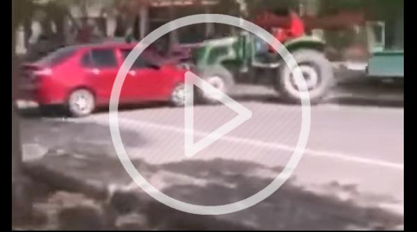 Falschparker aufgepasst: Ein Traktor zerstört falsch geparkte Autos.