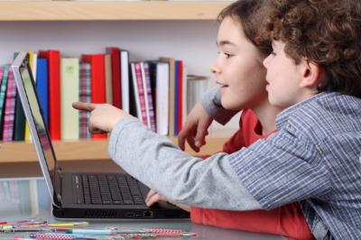 2 kindjes die naar een computerscherm kijken