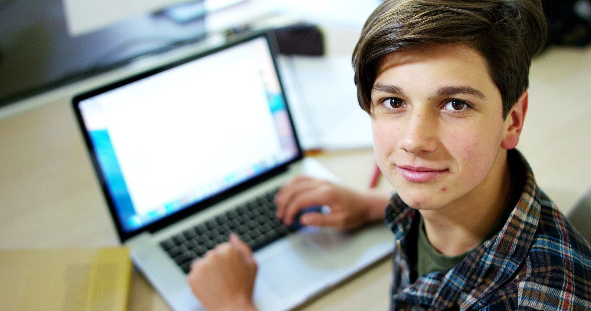 Foto jongen met laptop