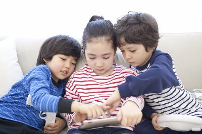 Afbeelding van drie kindjes samen in de zetel
