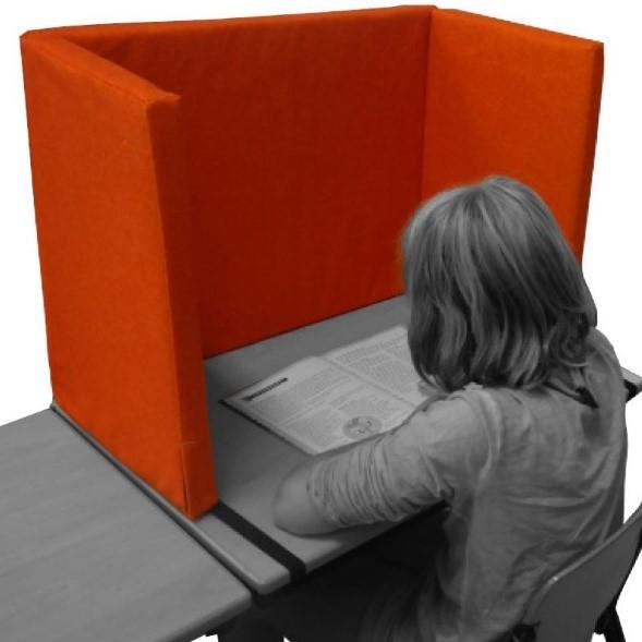 Foto van een meisje dat studeert achter een concentratiescherm