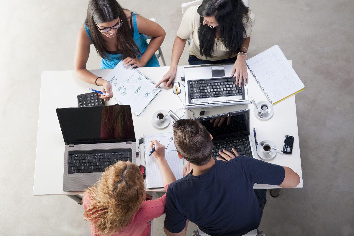 Foto bovenaanzicht vergaderende leerkrachten